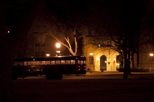 The Tiff's shuttle waits outside the St. Thomas arches Thursday night to shuttle students to the bar. O'Gara's Bar and Grill has added a similar shuttle for students. (Olivia Cronin/TommieMedia)