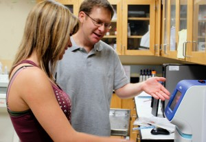 Junior biology major Chloe Lawyer works with professor Kurt Illig in a neurobiology lab. (Josie Oliver/TommieMedia)