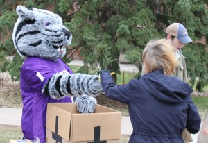 <p>Tommie stopped by to help hand out chips during the fish fry. (Brian Woitte/TommieMedia)</p>