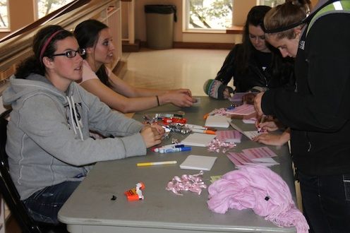 <p>Students write letters to love ones reminding them to get a mammogram. This week is Breast Cancer Awareness Week. (Tom Graves/TommieMedia)</p>