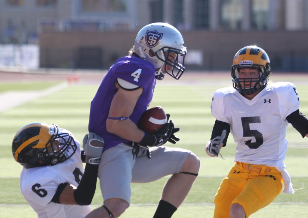 Senior Fritz Waldvogel caught four passes in the first half against Gustavus including this 26-yard touchdown from Dakota Tracy to put the Tommies up 13-0. (Alex Keil/TommieMedia)