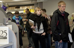 <p>Students wait in line at the Bookstore Monday. (TommieMedia)</p>