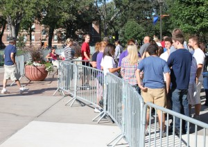 Crowds of new freshmen and their families gathered around the quad during Welcome Week. (Katie Broadwell/TommieMedia)