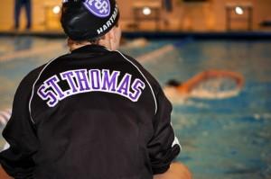ophomore Rachel Hartman keeps track of laps for men's distance swimmer David Bailly. (Michael Ewen/TommieMedia)
